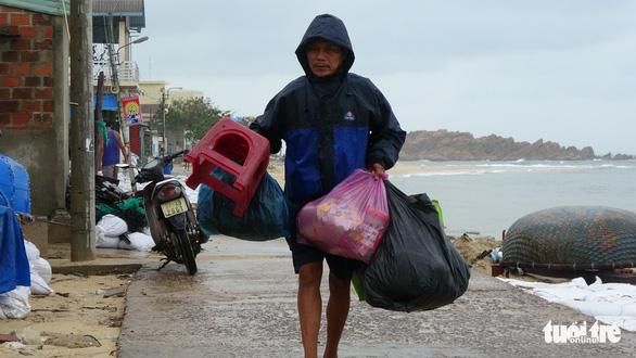 Sau bão số 5, dân Nhơn Hải nơm nớp sống trong những ngôi nhà sắp sập - Ảnh 6.