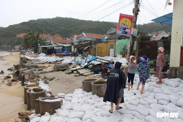 Sau bão số 5, dân Nhơn Hải nơm nớp sống trong những ngôi nhà sắp sập - Ảnh 5.