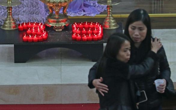 Người Việt ở Anh tưởng niệm 39 nạn nhân trong container - Ảnh 1.