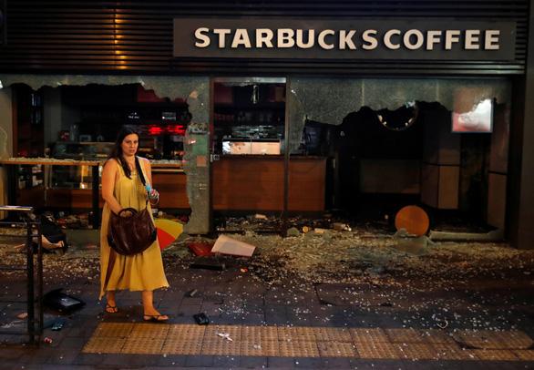 Bạo lực bùng phát dữ dội ở Hong Kong, văn phòng Tân Hoa xã bị đập phá - Ảnh 2.