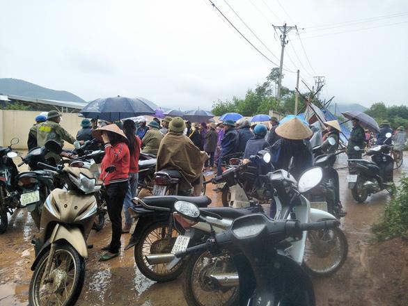 Dân tập trung phản đối trại gà gây ô nhiễm môi trường - Ảnh 2.