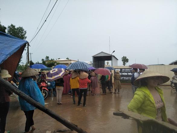 Dân tập trung phản đối trại gà gây ô nhiễm môi trường - Ảnh 1.