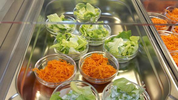 Trường mầm non thử nghiệm cấm thịt trong bữa ăn học sinh - Ảnh 1.