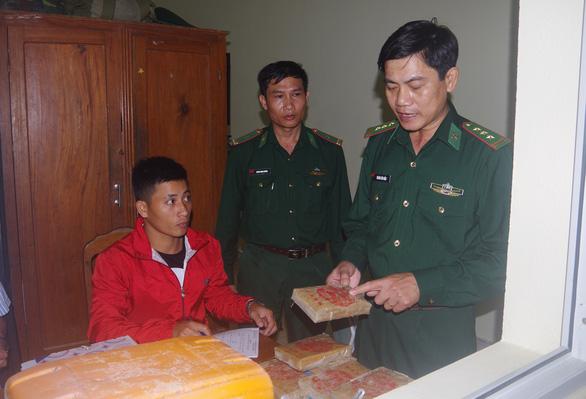 Tặng giấy khen cho người dân nhặt ma túy giao nộp biên phòng - Ảnh 3.