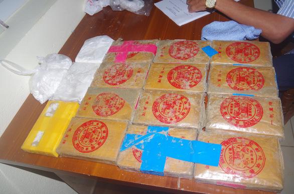Phát hiện hơn 25 bánh ma túy trôi dạt vào bờ biển Quảng Nam - Ảnh 1.