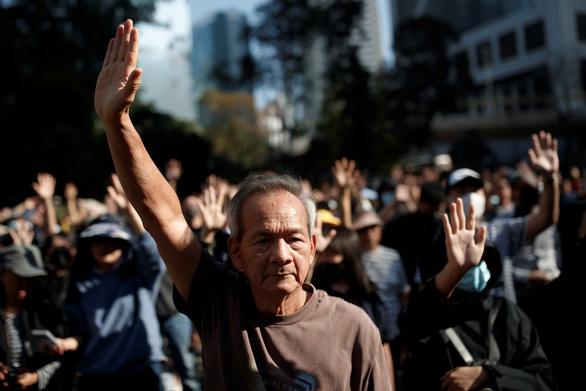 Người già, học sinh lại xuống đường hát Vinh quang cho Hong Kong - Ảnh 1.