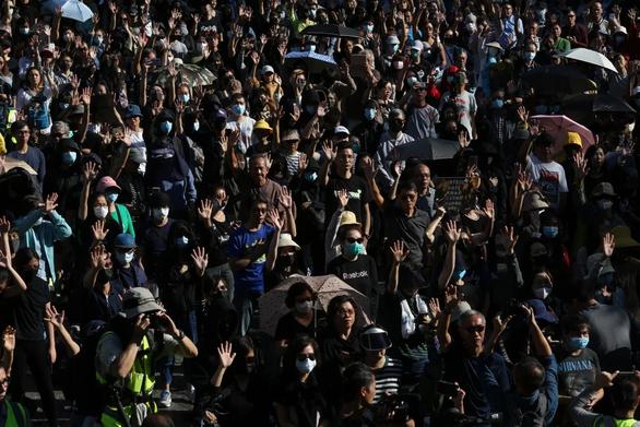 Người già, học sinh lại xuống đường hát Vinh quang cho Hong Kong - Ảnh 2.