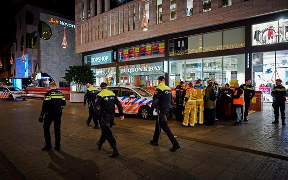 3 thiếu niên bị đâm ngay trung tâm mua sắm ở The Hague - Ảnh 1.
