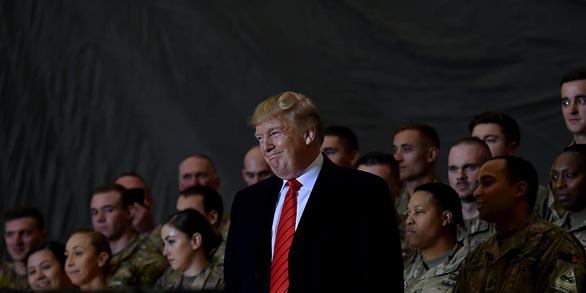 Hậu cần Mỹ tung đủ chiêu trò đánh lừa để đưa ông Trump đi Afghanistan - Ảnh 1.