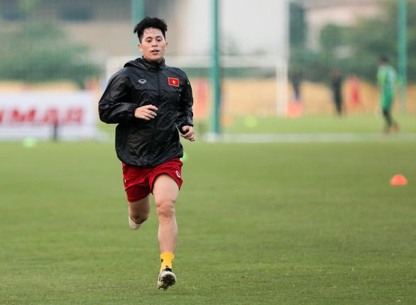 Đình Trọng mặc áo gió ép cân, tập tích cực nuôi hi vọng dự SEA Games 2019 - Ảnh 1.