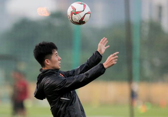 Đình Trọng mặc áo gió ép cân, tập tích cực nuôi hi vọng dự SEA Games 2019 - Ảnh 3.