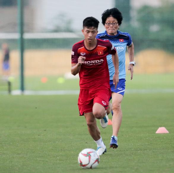 Đình Trọng mặc áo gió ép cân, tập tích cực nuôi hi vọng dự SEA Games 2019 - Ảnh 4.