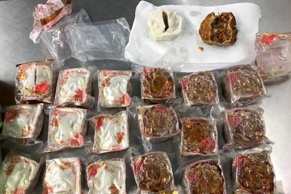 Mang bánh trung thu nhân thịt heo vào Úc, khách người Việt bị trục xuất - Ảnh 1.