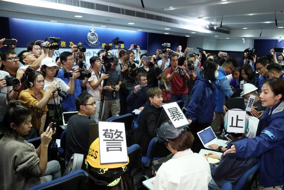 Cảnh sát Hong Kong phải hủy họp báo vì nhà báo đội mũ bảo hiểm phản đối - Ảnh 1.