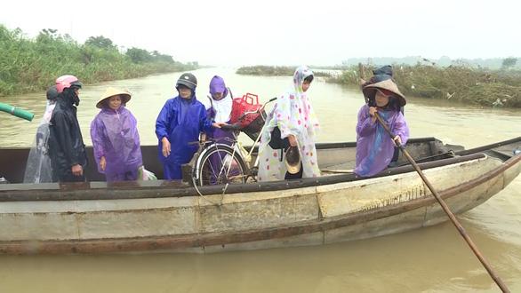 Sau vụ lật đò, người dân vẫn liều mình qua sông Trà Khúc - Ảnh 2.