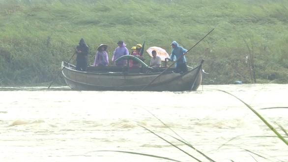 Sau vụ lật đò, người dân vẫn liều mình qua sông Trà Khúc - Ảnh 1.
