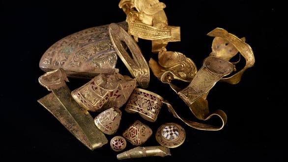 Dùng máy dò kim loại trăm ngàn, tìm được kho báu trăm tỉ ở Anh - Ảnh 4.