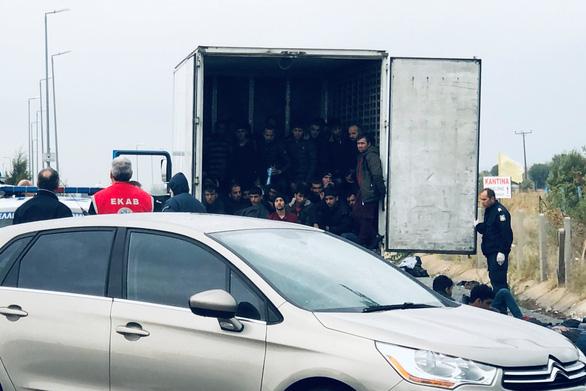 Đến lượt Hi Lạp tìm thấy 41 người di cư trong container - Ảnh 1.