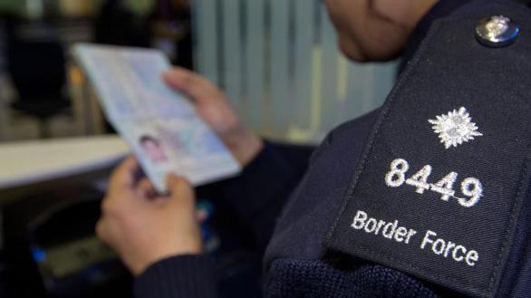 Điều tra: Nhiều thiếu nữ Việt vào Anh bằng visa du học rồi... biến mất - Ảnh 1.