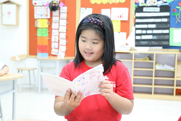 Cô bé lớp 3 làm sách bằng cả trái tim tặng mẹ - Ảnh 2.