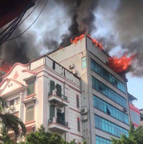 Cháy chung cư mini trên phố Trung Kính - Ảnh 1.