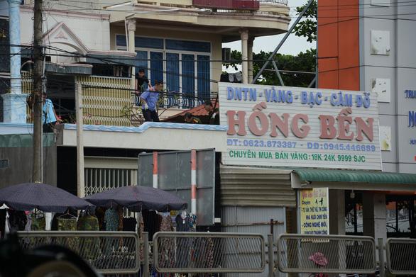 Phong tỏa tiệm vàng khai báo bị mất trộm gần 200 cây vàng - Ảnh 3.