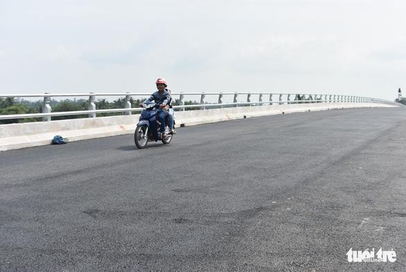 Cầu Tân An thắt nút cổ chai vì 100m đường dẫn vướng giải tỏa mặt bằng - Ảnh 5.