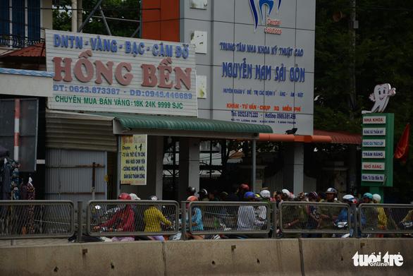 Phong tỏa tiệm vàng khai báo bị mất trộm gần 200 cây vàng - Ảnh 1.