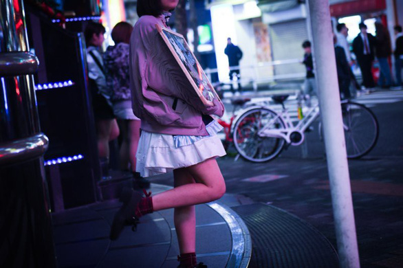 Cạm bẫy bóc lột tình dục chực chờ các nữ sinh Nhật - Ảnh 1.