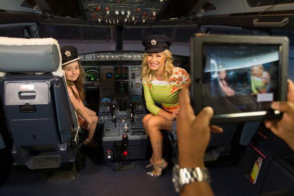 Hành khách có được phép vào buồng lái máy bay? - Ảnh 1.