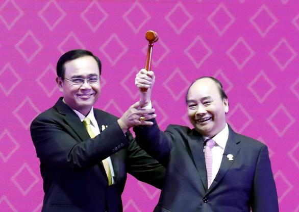 Việt Nam nhận chiếc búa chủ tịch ASEAN 2020 - Ảnh 1.