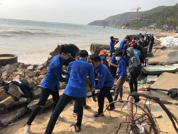 Thanh niên, bộ đội giúp dân dọn rác, vác đá vá bờ kè bị bão đánh sập - Ảnh 5.
