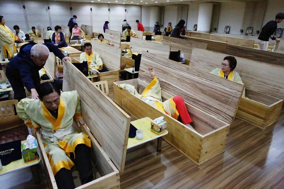 Người Hàn Quốc làm tang lễ giả để sống tốt hơn - Ảnh 4.
