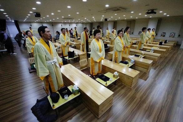 Người Hàn Quốc làm tang lễ giả để sống tốt hơn - Ảnh 5.
