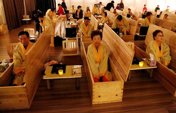 Người Hàn Quốc làm tang lễ giả để sống tốt hơn - Ảnh 1.