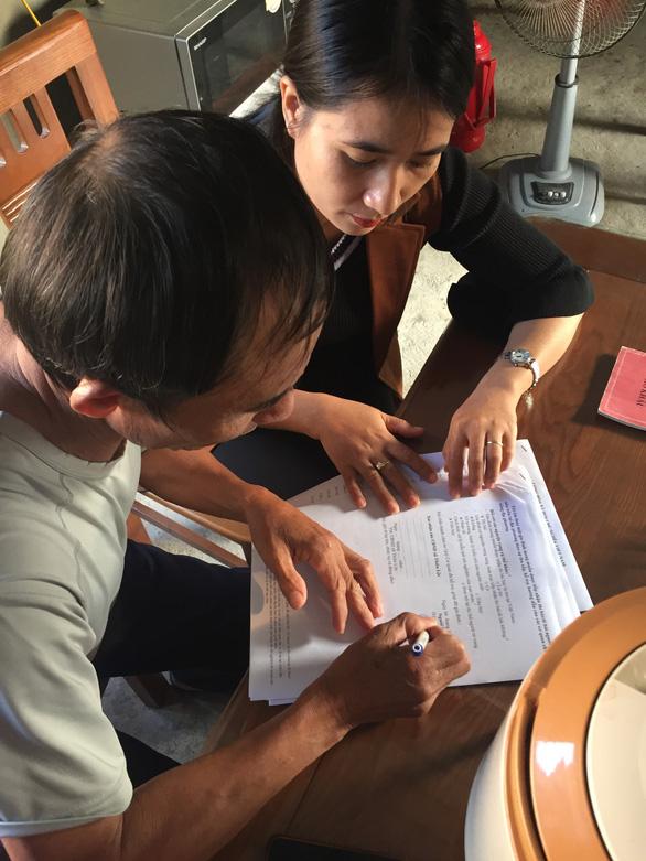 Các gia đình ở Hà Tĩnh viết đơn làm thủ tục nhận người thân tại Anh - Ảnh 1.