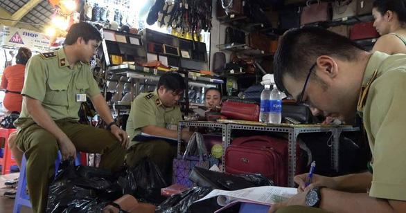 Tạm giữ hàng ngàn sản phẩm nghi giả LV, Hermes, Gucci, Dior, Rolex... ở Sài Gòn - Ảnh 3.
