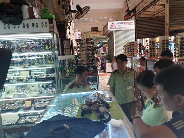 Tạm giữ hàng ngàn sản phẩm nghi giả LV, Hermes, Gucci, Dior, Rolex... ở Sài Gòn - Ảnh 1.