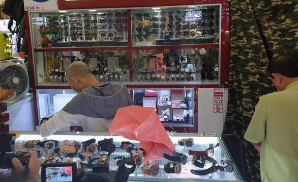Tạm giữ hàng ngàn sản phẩm nghi giả LV, Hermes, Gucci, Dior, Rolex... ở Sài Gòn - Ảnh 4.