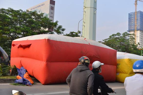 Cảnh sát đưa xe thang và đệm hơi ứng cứu thanh niên cố thủ trên cột điện cao thế - Ảnh 5.
