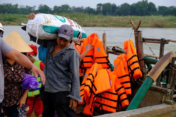Trang bị áo phao cho khách đi đò sông Trà Khúc sau tai nạn chết người - Ảnh 5.