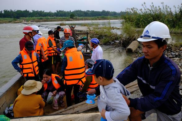 Trang bị áo phao cho khách đi đò sông Trà Khúc sau tai nạn chết người - Ảnh 7.