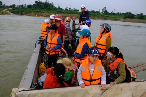 Trang bị áo phao cho khách đi đò sông Trà Khúc sau tai nạn chết người - Ảnh 2.