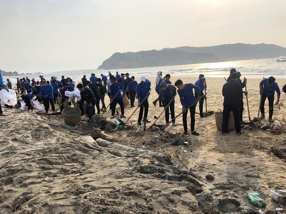 Thanh niên, bộ đội giúp dân dọn rác, vác đá vá bờ kè bị bão đánh sập - Ảnh 2.