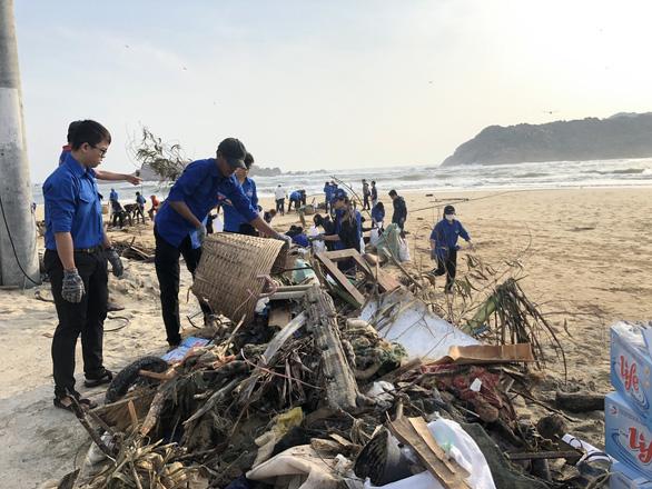 Thanh niên, bộ đội giúp dân dọn rác, vác đá vá bờ kè bị bão đánh sập - Ảnh 3.