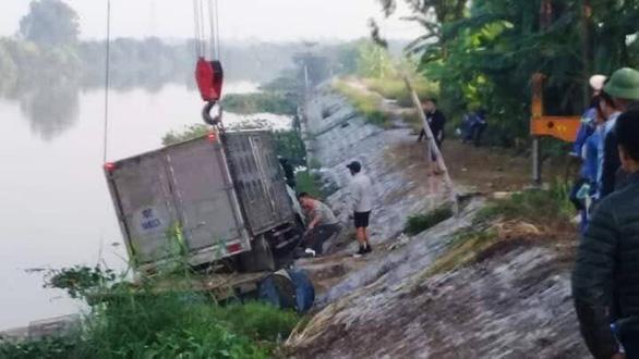 Người chăn vịt bị xe tải tông chết ngay kênh nước - Ảnh 1.