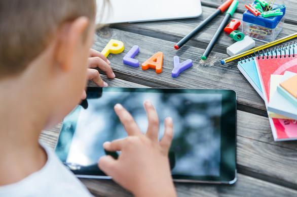Nhìn màn hình nhiều, não trẻ chậm phát triển hơn - Ảnh 1.