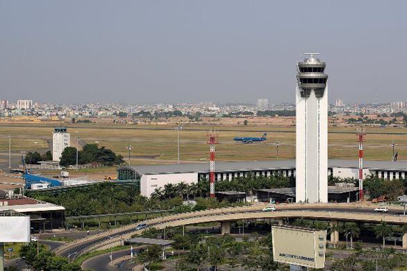 Quá tải cả tần số liên lạc, sân bay Tân Sơn Nhất chia 2 khu điều hành bay - Ảnh 1.