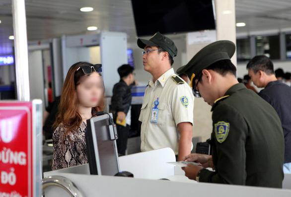 Bộ GTVT yêu cầu hãng bay tăng cường kiểm tra khách dùng giấy tờ giả đi lao động - Ảnh 1.