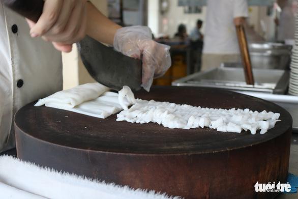Thưởng thức phở tươi trong thố đá ở Sài Gòn - Ảnh 3.
